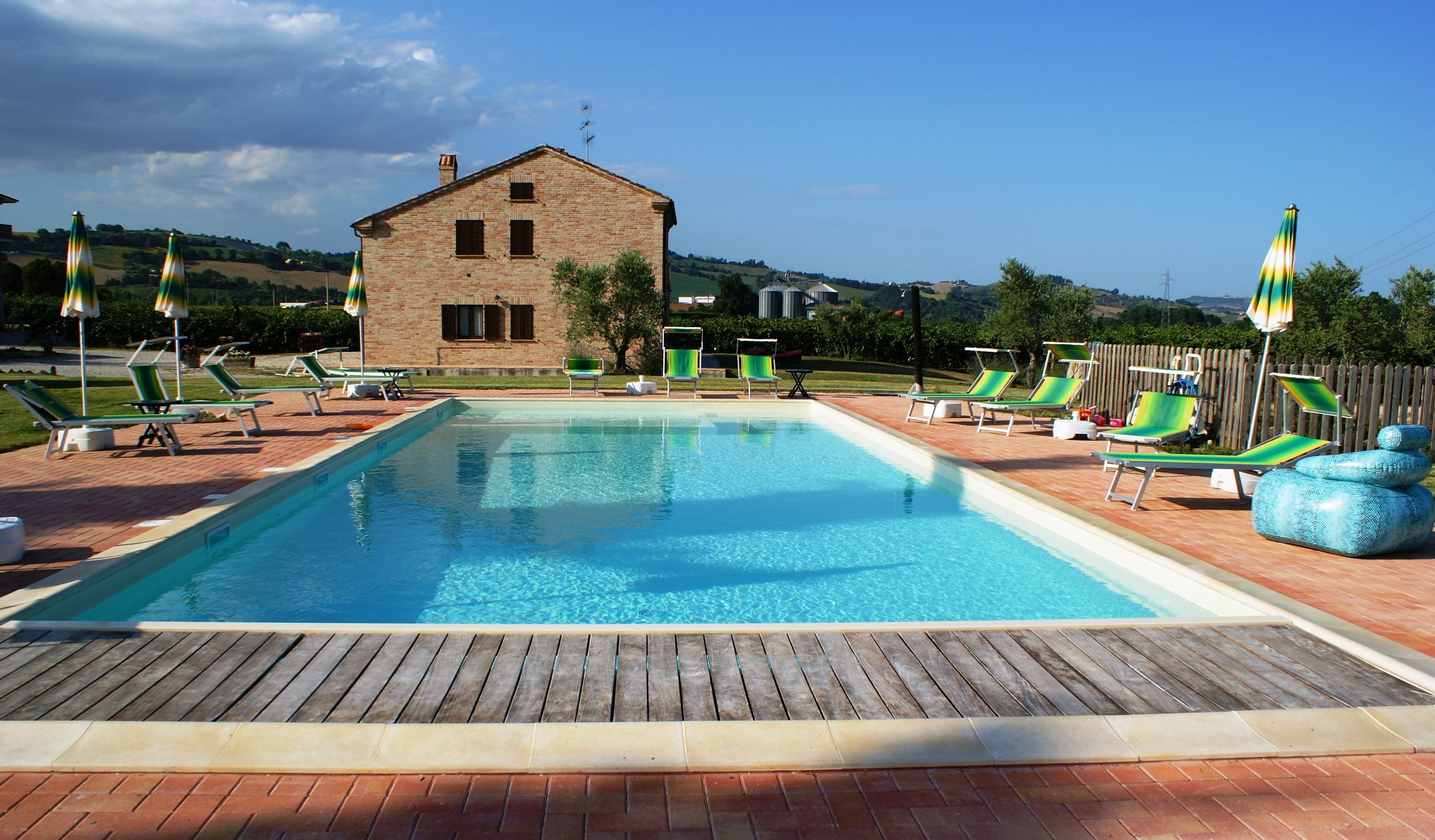 Agriturismo con piscina marche agriturismo villa cru for Villas con piscina